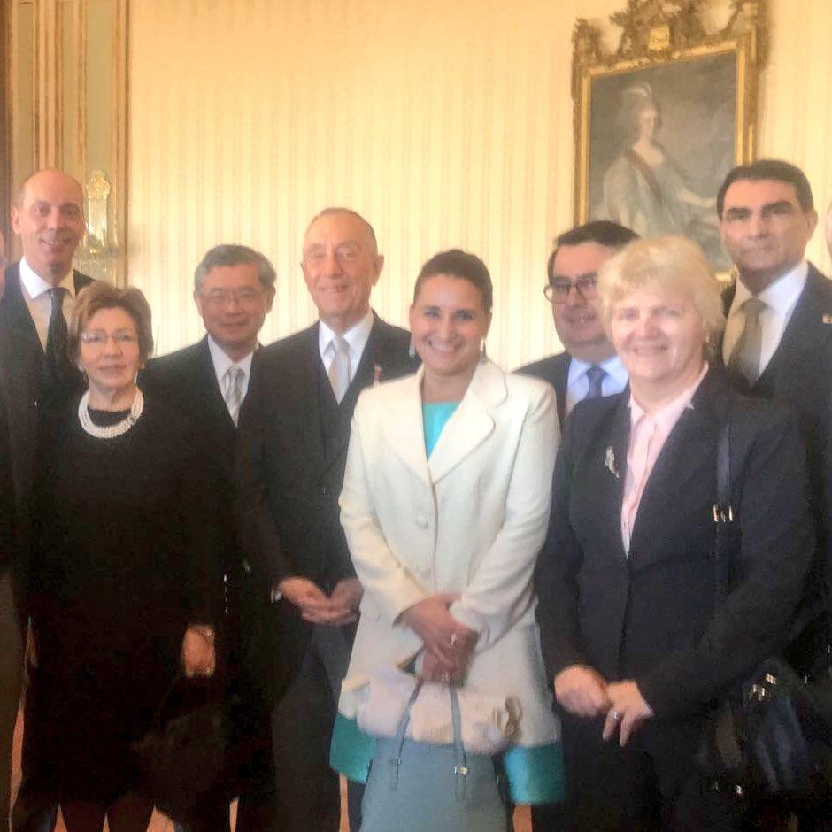 Con a sua Excelência o Presidente #Portugal  Marcelo Rebelo de Sousa, o nosso grupo Embaixadores #AmericaLatina trás cumprimentos #AnoNovo <br>http://pic.twitter.com/9DuZWfrYMk