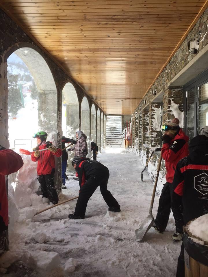 El trabajón de acondicionamiento después de una buena nevada. Nuestro reconocimiento a todos los profesionales!! 📸 de @Vallnord #Arcalís hoy