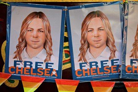 #Breaking #ChelseaManning, à l&#39;origine des révélations #WikiLeaks, libérée en mai. #Obama a commué sa sentence. J&#39;en ai les larmes aux yeux! <br>http://pic.twitter.com/ODFpWlz28E