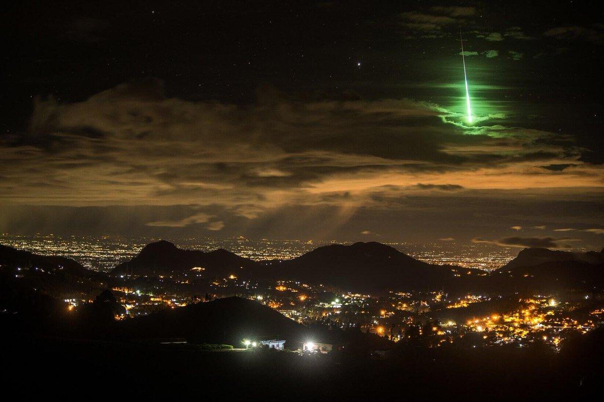 三尖树之日系列: 印度南部出现怪异天象,迈图帕拉亚姆镇的民众在昨晚目睹了一枚绿色的耀眼流星划过天际的景象,在场的一位著名摄影师,当机立断拿出装备,将这个美丽的难得瞬间抓拍到了。 https://t.co/ld8NaeAQ80
