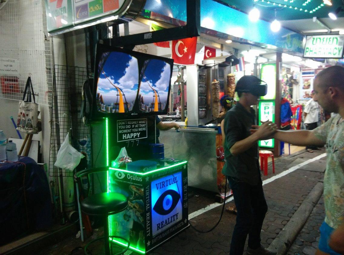 教え子から聞いたのだけど、タイやベトナムでは露天商が客寄せにVRを使っているらしい。VRゴーグルとPCを道端に置いて有料で体験させ、体験者の派手なリアクションで衆目を集め、露店の商品を売っているとか。面白いなぁ。 https://t.co/I01iHvFtvJ