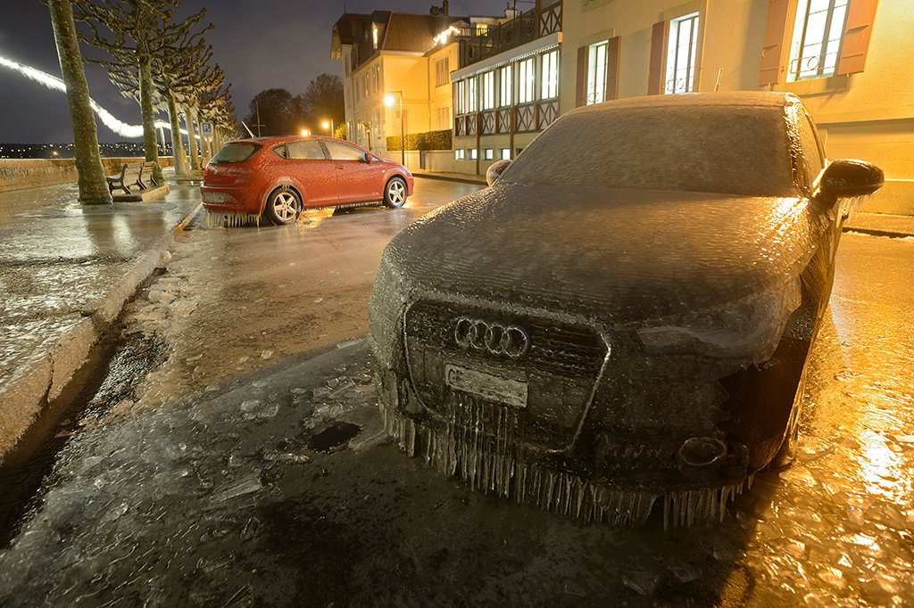 Les voitures glacées du lac Léman.  The frozen cars of Lake Geneva, last night. #ice #cold #winter #meteo<br>http://pic.twitter.com/KkBSdPeoEl