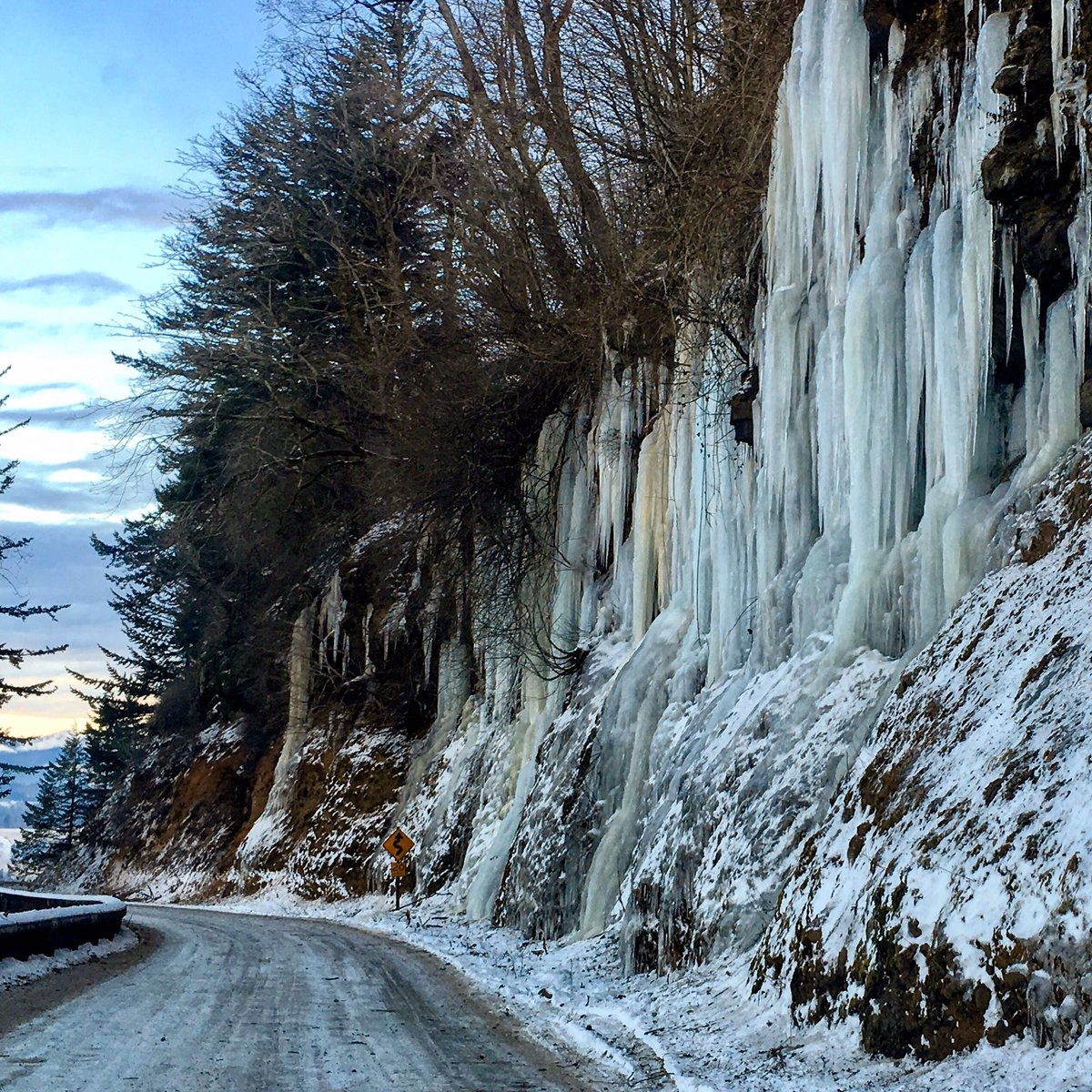 WOW... check out the amazing wall of icicles on this canyon wall in the Gorge near Crown Point. Dangerous but beautiful! #LiveOnK2 #pdxtst <br>http://pic.twitter.com/RVECXIuGrf
