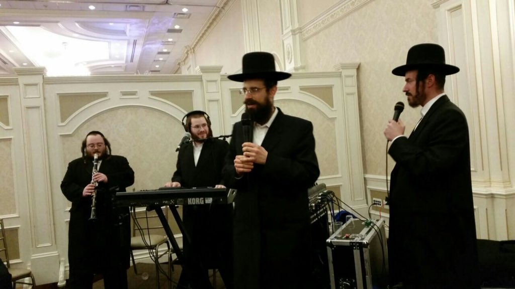 #Uplifting Wedding Tonight In Monsey With The #Bests @ABerko On Keys  And @Ywerdyger On Lead #FreundBrother #Yoshef #Clarinet <br>http://pic.twitter.com/t7rbQ2f5d3
