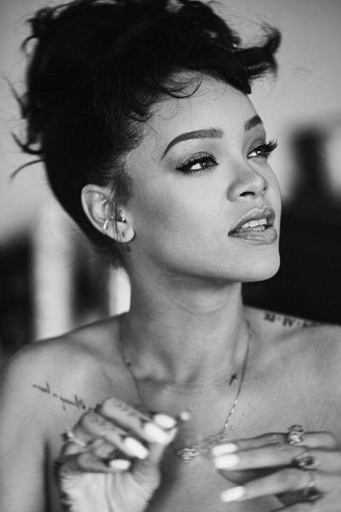 #RihannaNavy as #BestFanArmy at the #iHeartAwards https://t.co/XymppAK...