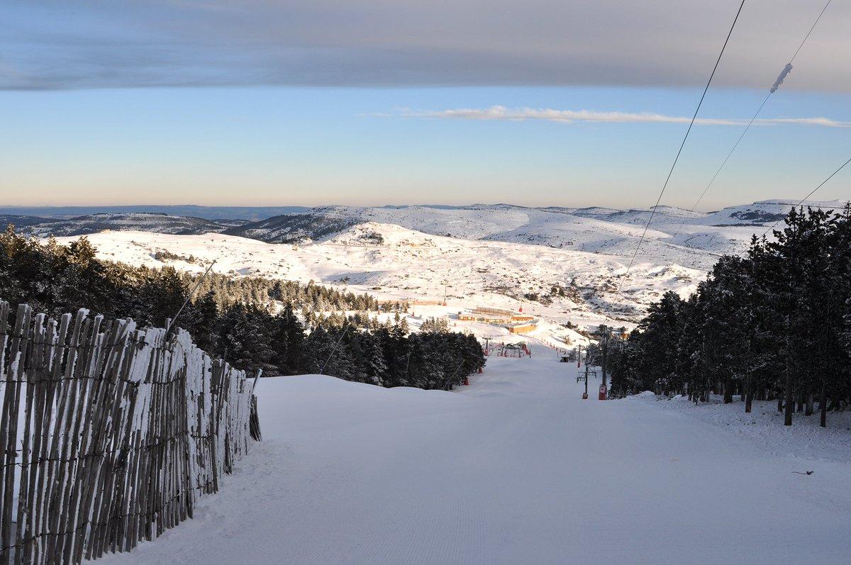 ¡Tenemos #Valdelinares hasta arriba de nieve! Cielos despejados y buenas condiciones para esquiar. ¡Nos esperan unos días geniales de esquí!