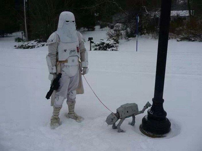 Pues nada... aquí estoy sacando al perro un rato antes de irme de patrulla a Hoth.  #OlaDeFrioPolar #StarWars #humor<br>http://pic.twitter.com/tydyHRHUv8