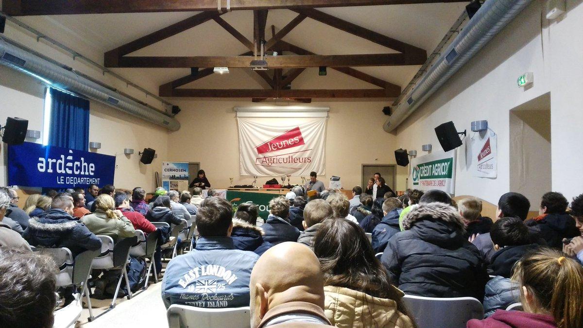 En direct du @cfppa de @Mirabel(07) pr la remise de prix du concours de #taille de la #vigne organisé par les @JeunesAgriculteurs07. Bravo !<br>http://pic.twitter.com/4drQEh5GyO