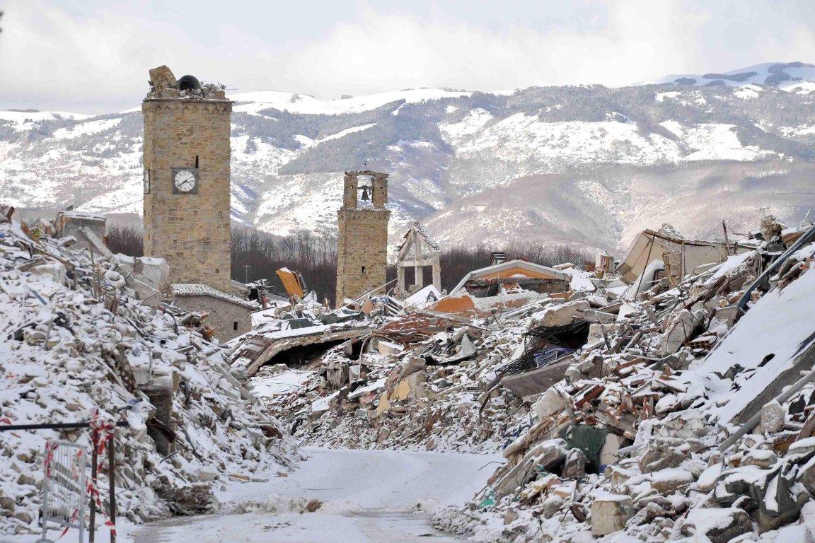 Crollato del tutto il campanile di #Amatrice #terremoto → https://t.co...