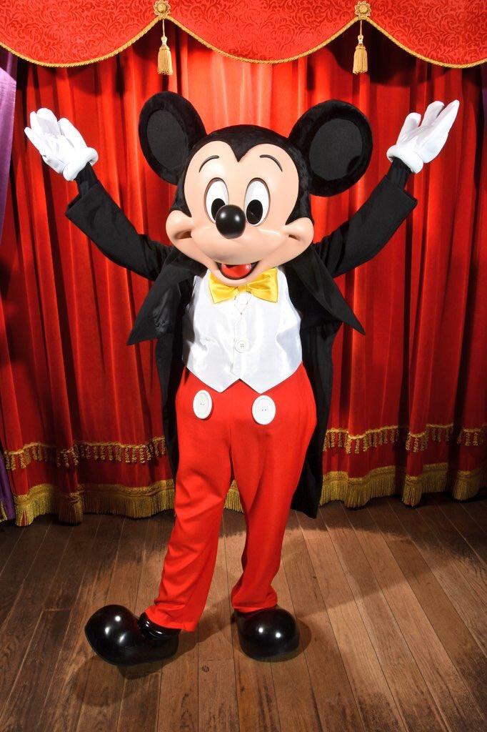 Mickey rencontre maintenant les visiteurs à Meet Mickey dans son nouveau look !   #DisneylandParis <br>http://pic.twitter.com/e3Q9P88xIo