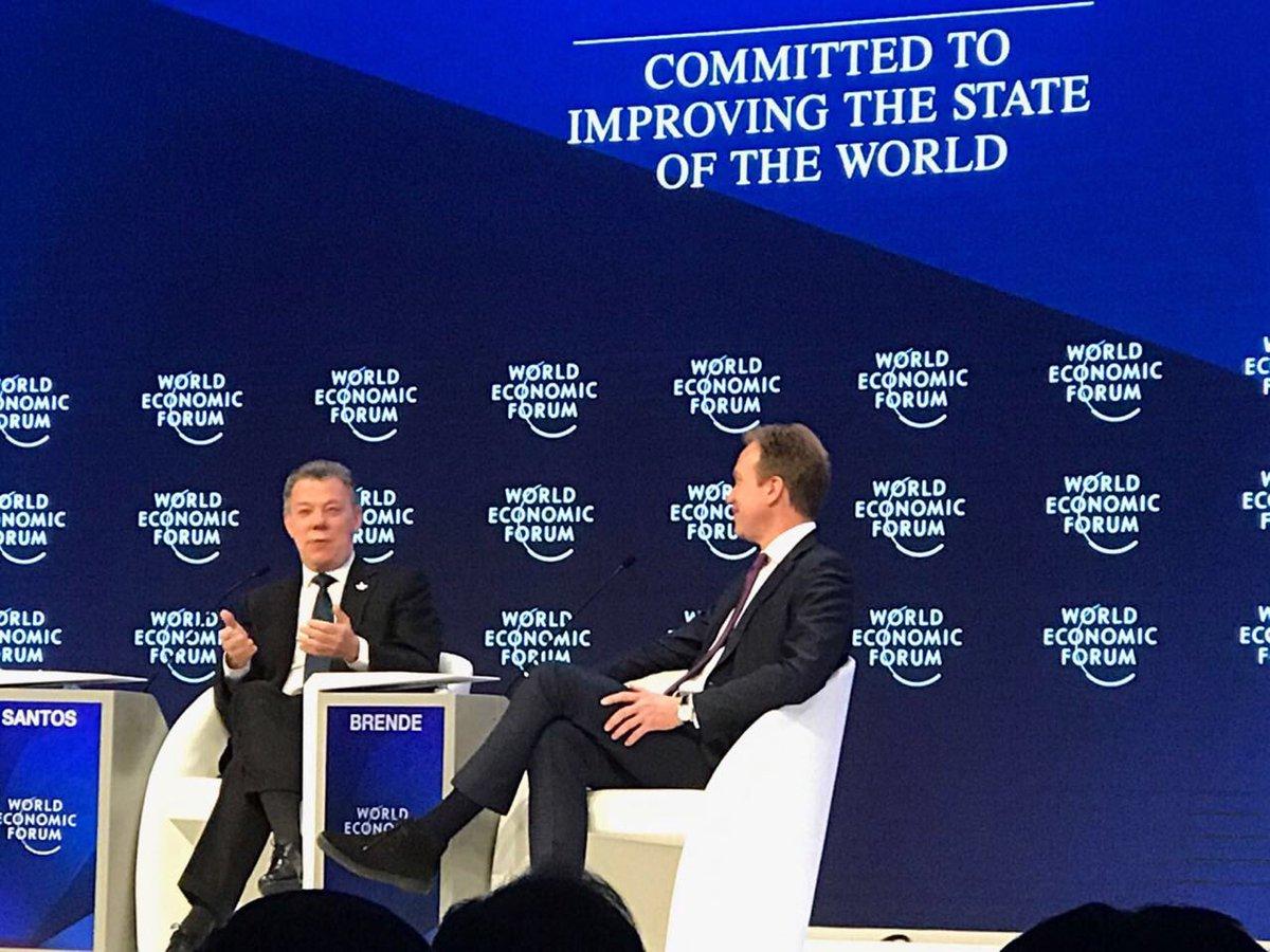 """Le entregan el premio al """"Mejor Estadista Global"""" del #wef17 al Presidente Santos. Gran logro para la region el acuerdo de paz alcanzado"""
