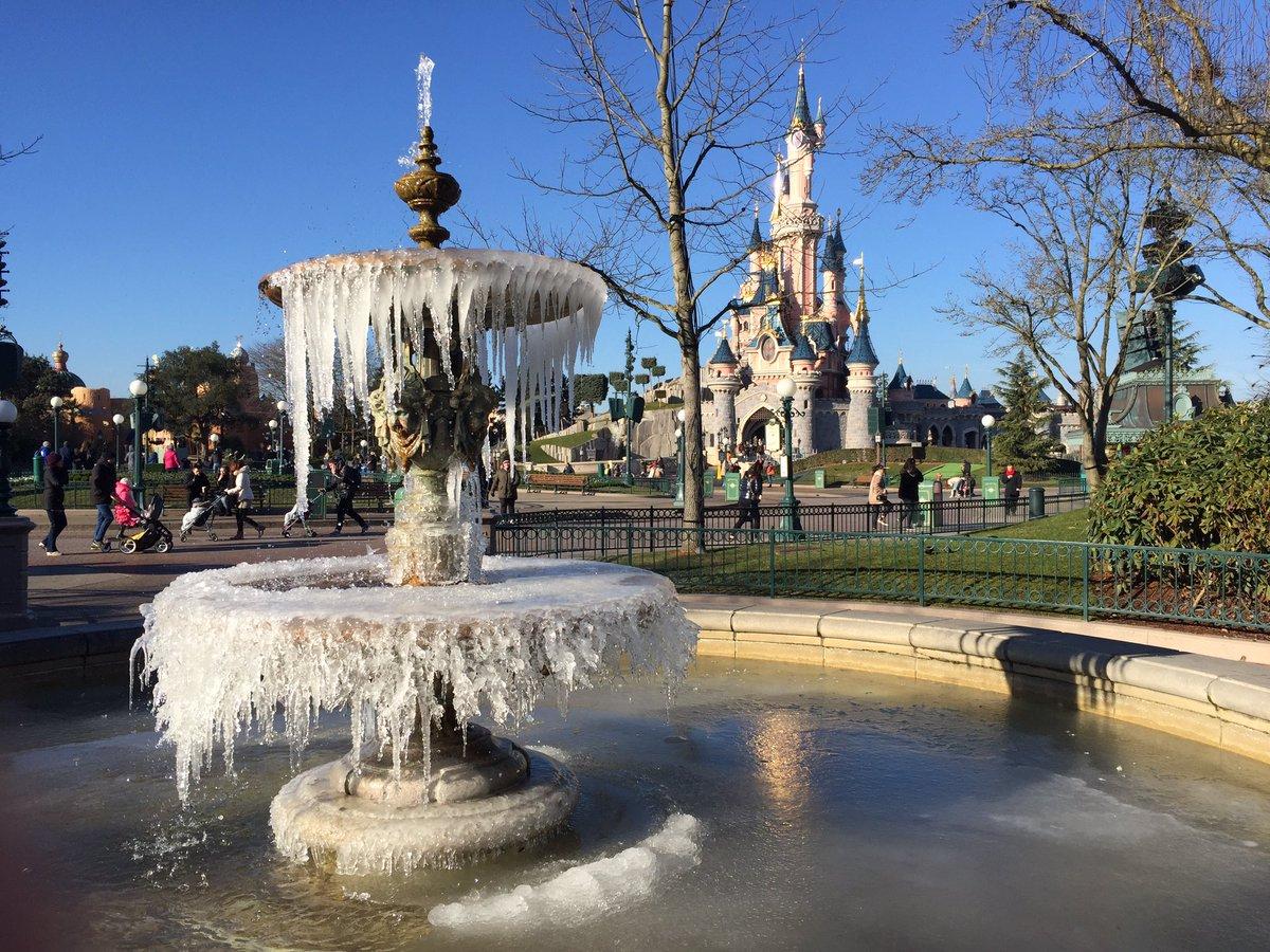 Il fait un peu frisquet à #DisneylandParis  <br>http://pic.twitter.com/Qf0zrvHZ3X