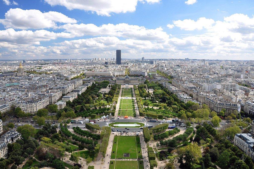 Voir le Champ-de-Mars et #Paris depuis la Vieille Dame... journée et soirée. Enjoy ! #tourisme @LaTourEiffel #tourism #France #patrimoine<br>http://pic.twitter.com/wteb0VOQ4M