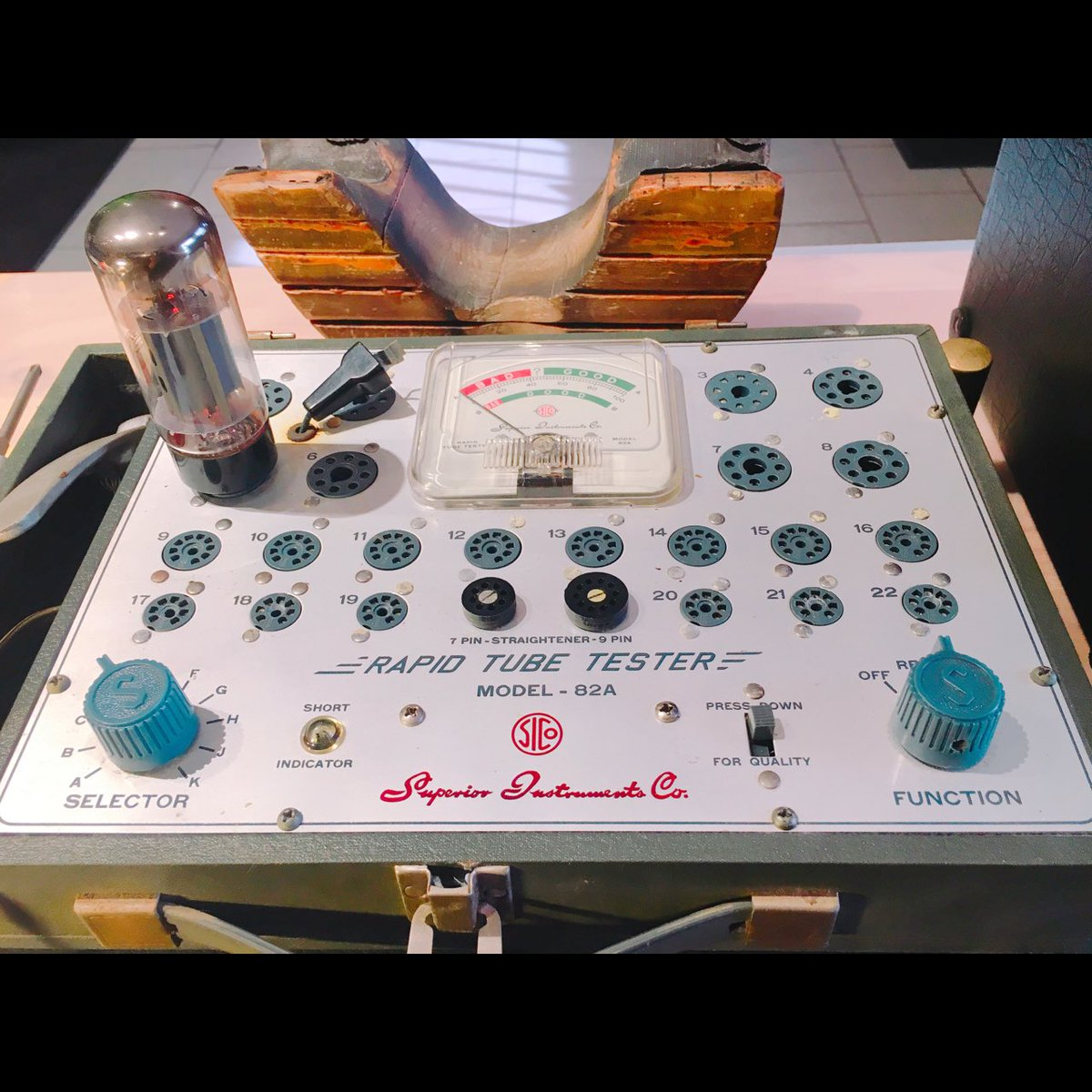 Checking amp tubes #jessedeandesigns #guitartech #stewmac #luthier #mesaboogie<br>http://pic.twitter.com/Lm4MVBUHom