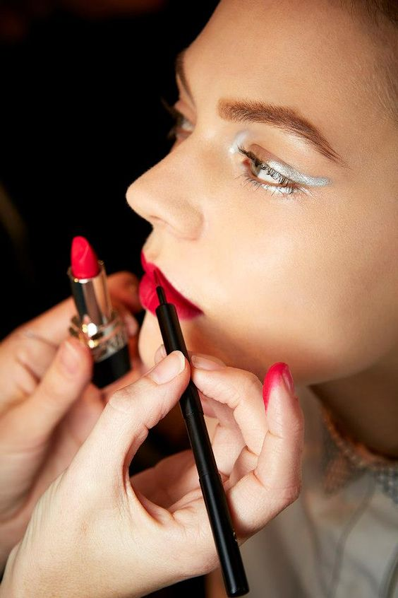 Comment faire un maquillage tendance avec une bouche pop? Je vous explique tout dans mon #blog &gt;  http:// bit.ly/2k0jYZN  &nbsp;   #LRDS<br>http://pic.twitter.com/R4Kee2BtZ9