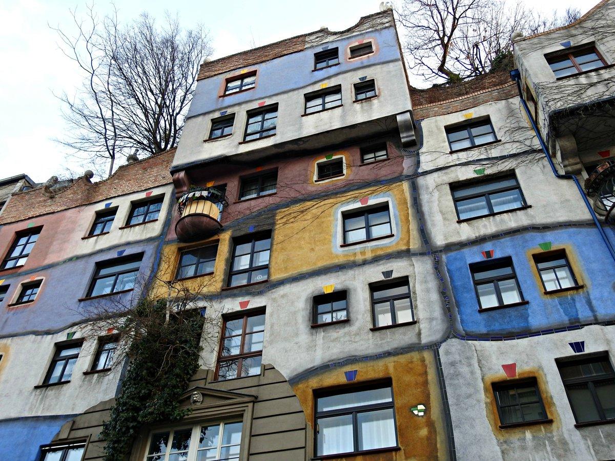 Árbores que saen polas ventás da Hundertwasserhaus #Viena #Austria<br>http://pic.twitter.com/Xu9zdDdp0j