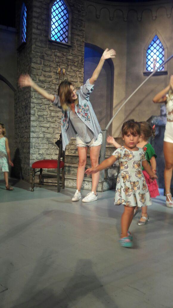 La alegría de Paula en el escenario con Olivia  #abracadabra <br>http://pic.twitter.com/p87fIPzU6K