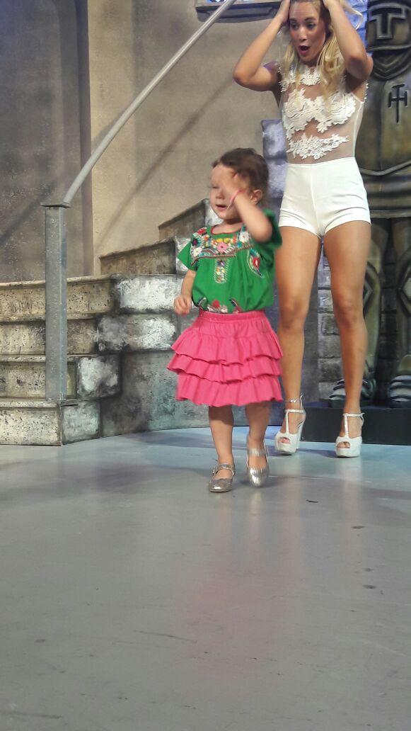 Amo cmo se viste Olivia  se ve re tierna, me encanta la libertad q tiene de sus padres. Es tan linda  y @flor_vigna atrás  #abracadabra <br>http://pic.twitter.com/NV5st7ZULk