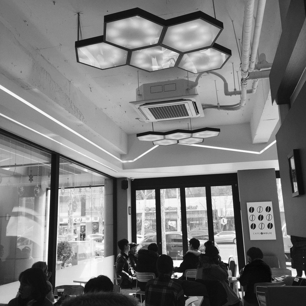 近くの会社の方々かな 打ち合わせしていて cafeとてもいい雰囲気です  #jholic https://t.co/WNG8obiRuI