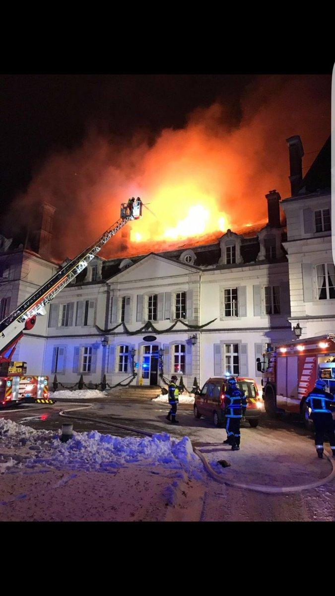 France: Ce château du 18ème siècle transformé en hôtel ravagé par un incendie (vidéo)