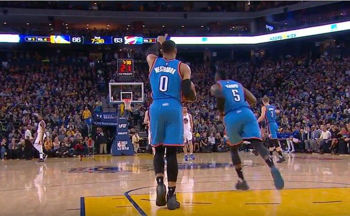 【影片】突然間斷電了?神龜拿球後狂走5步 對面的Curry都看急了!