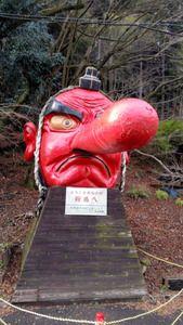 先週末に京都に降った大雪の影響がこんなところにも。叡山電鉄鞍馬駅前にある巨大な天狗像の鼻が根元から折…