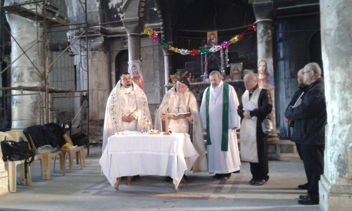Au milieu des ruines, ds la cathédrale de Qaraqosh récemment libérée en #irak, Mgr Moshe et Mgr Gollnisch célèbrent la messe #PrayForPeace<br>http://pic.twitter.com/97lqwacETE