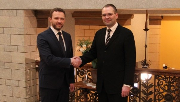 #Estonia, #Finland sign bilateral #defense cooperation framework #agreement  http:// bit.ly/2jOqyn2  &nbsp;  <br>http://pic.twitter.com/CMf641rqHJ