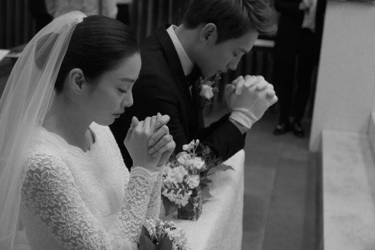 Rain and Kim Taehee revealed exclusive photos from their wedding today. Congratulations! https://t.co/ppPWvqhzna https://t.co/pYpFr4SN97