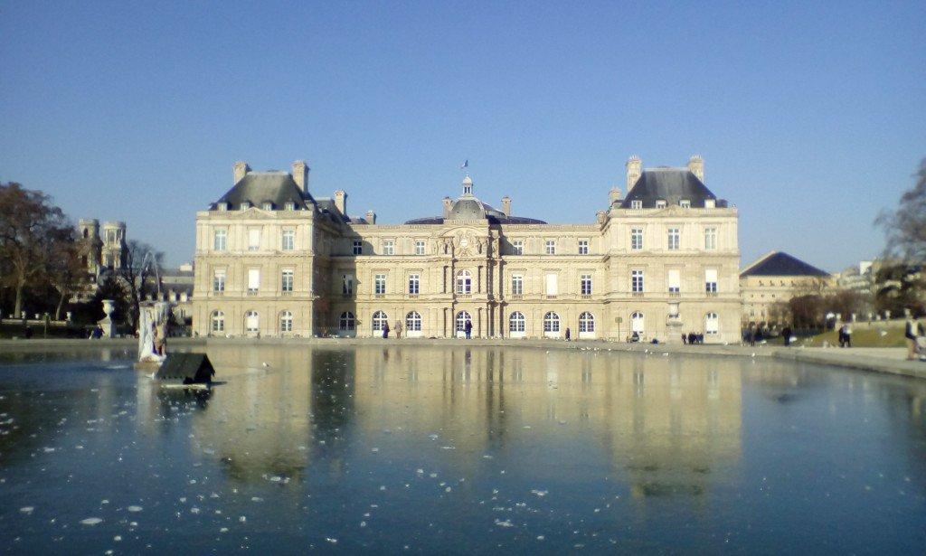 3 jours sans dégel ou presque à #Paris (#IDF) - L&#39;étendue d&#39;eau du Jardin du Luxembourg se transforme en glace -  http://www. meteo-paris.com  &nbsp;  <br>http://pic.twitter.com/Wc9UESFZ5Q