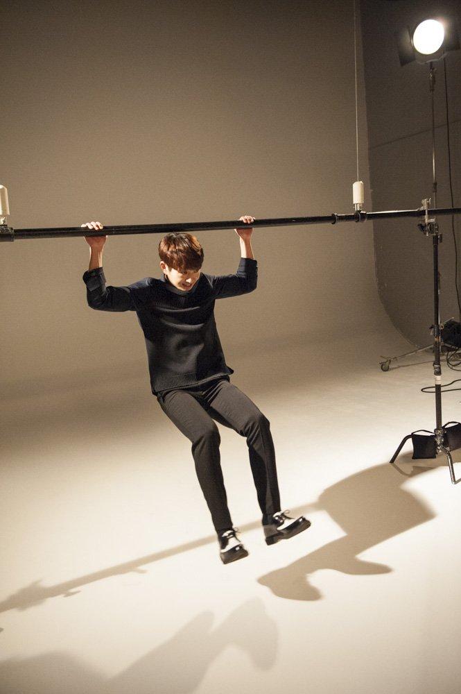 【SHINee×anan撮影中⑤】オンユさんは、撮影の合間にも懸垂したり、ポーズを取ったりと一番自由…