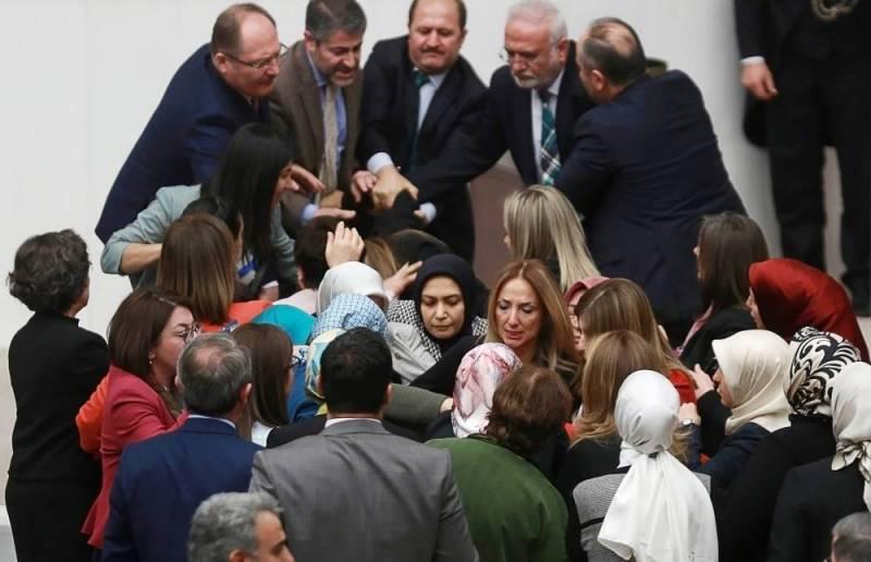 Nouvelle rixe au Parlement turc, des députées blessées (vidéo) #turkey  https://www. lorientlejour.com/article/103026 5/nouvelle-rixe-au-parlement-turc-des-deputees-blessees-video.html &nbsp; … <br>http://pic.twitter.com/h0sSIoYsWr