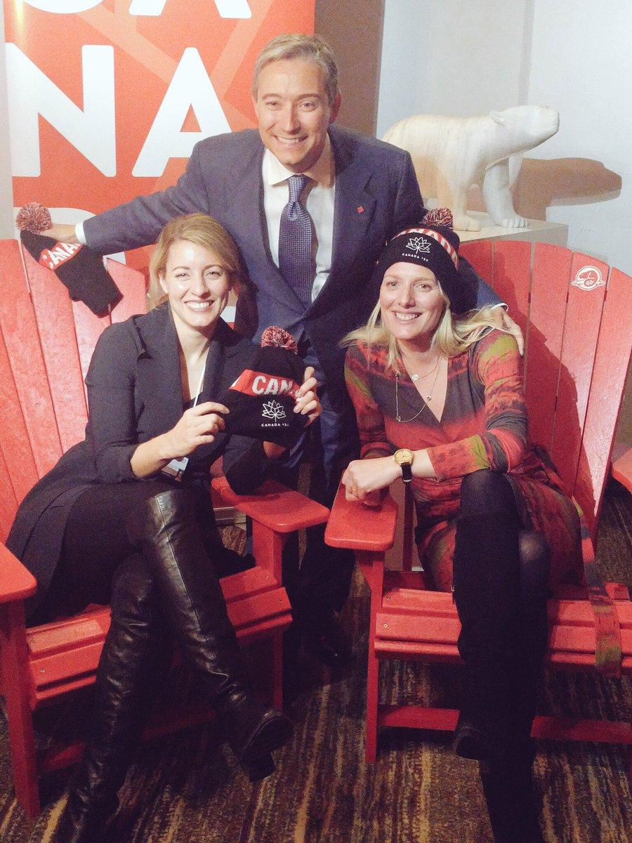On célèbre #Canada150  et nos grands espaces à #Davos. #polcan @FPCChampagne @cathmckenna #wef17<br>http://pic.twitter.com/AhQnJvgZfN
