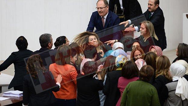 #SONDAKİKA: Meclis'te ortalık karıştı! Kadın vekiller birbirine girdi!...