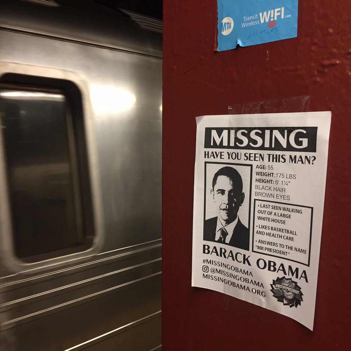 ニューヨークの地下鉄の駅には「この男を見ませんでしたか?」と冗談ぽく、オバマ大統領を惜しむメッセージ…