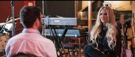 Watching Kesha get emotional in this interview had us in tears https:/...