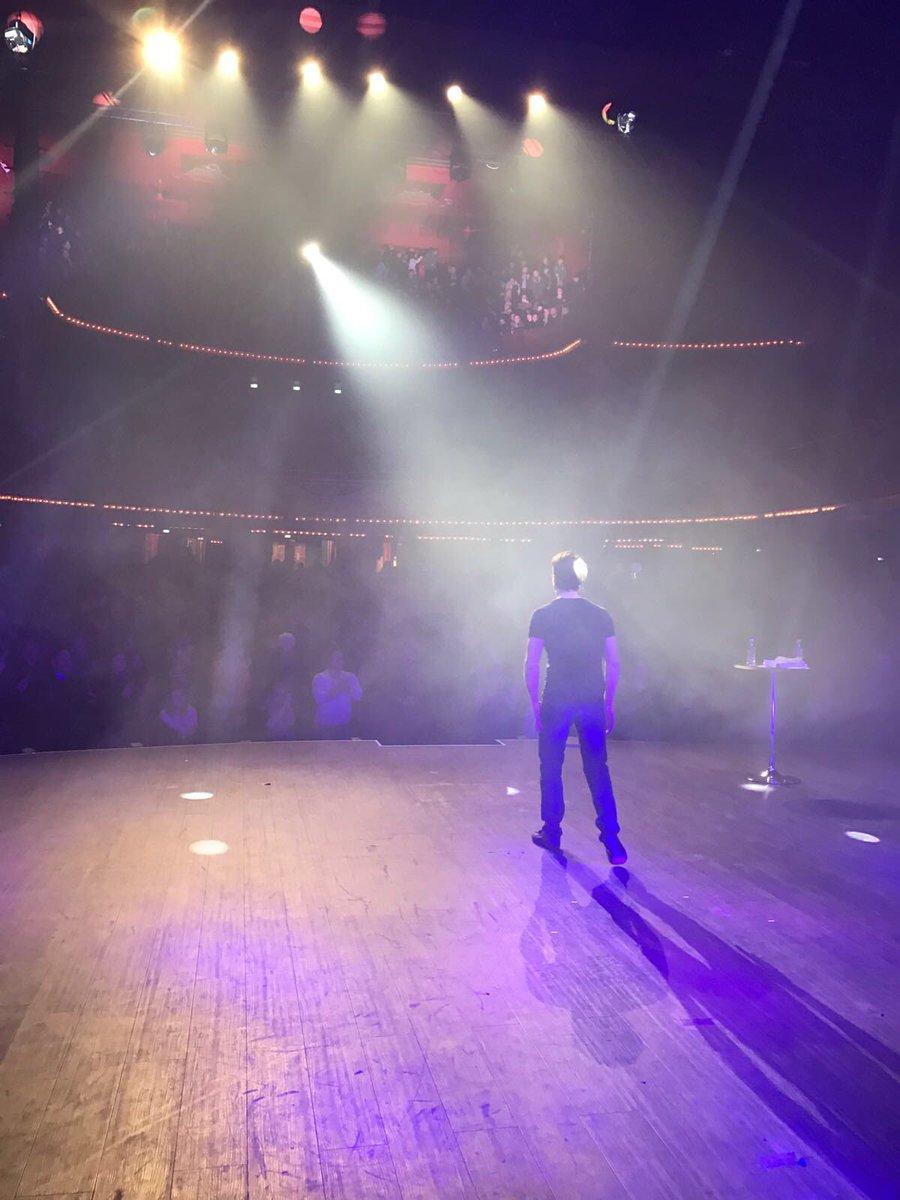 Folies bergères 1 ! Standing ovation :) #v2pab #paris #complet à demain !<br>http://pic.twitter.com/9YZYzxB5Eq
