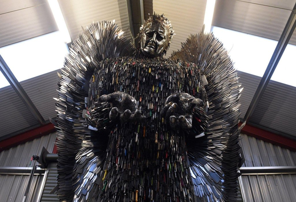 警察が押収した10万本のナイフで作られた天使 @イギリス