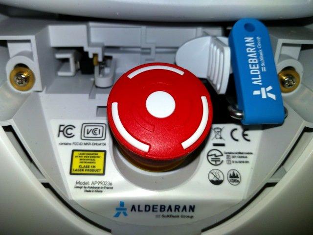 ここがペッパーの弱点か  ロボ感あるな…… ペッパーくん暴走時用の「緊急停止ボタン」の存在に驚きの声…