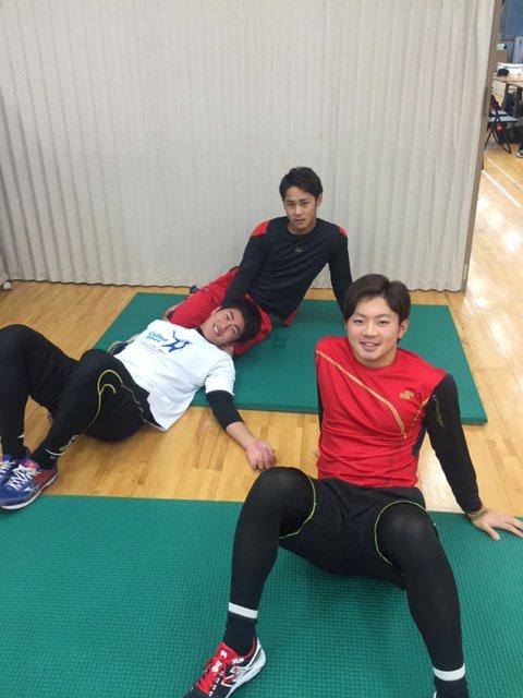 身体測定の間にちょっと休憩をとる平沢、成田、原の3選手。同い年の3人は仲良しです。(広報) #chi…