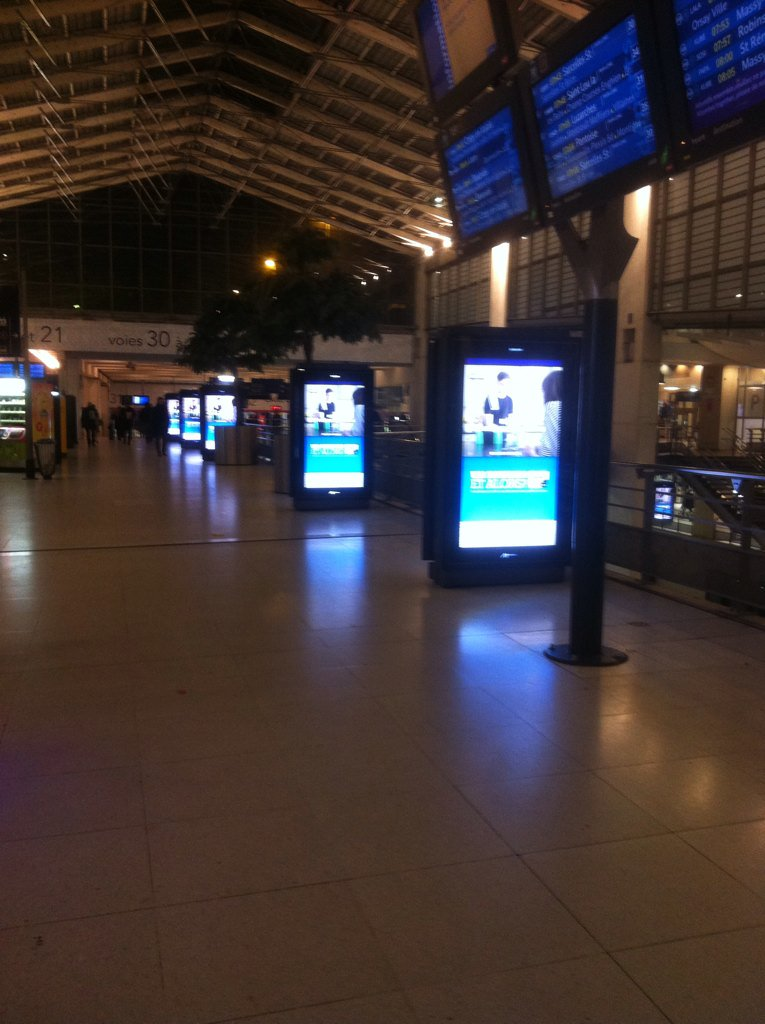 Et pensez bien à faire des économies d&#39;énergie surtout amis parisiens ! (Gare du Nord #paris10 #cop21 pas pour tous) <br>http://pic.twitter.com/PnGs9oiZVG