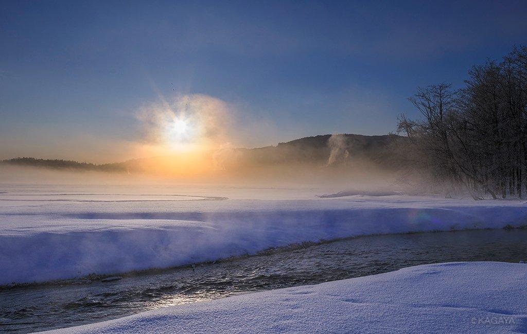 今朝の北海道の日の出です。気温はマイナス16度でした。 2枚目は日の出直前に見られた淡い太陽柱(サン…