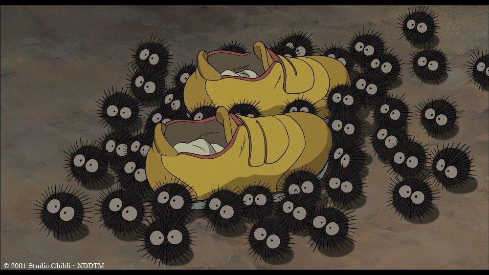 このシーンで登場する小さな黒い生きものたち、実は『となりのトトロ』でメイとサツキが「マックロクロスケ…