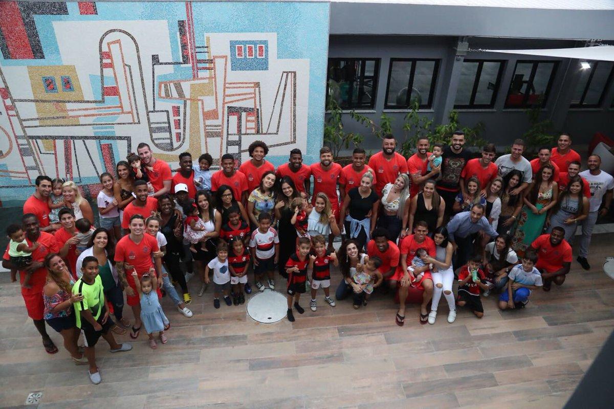 Hoje foi o dia da família no Ninho! Todo mundo matou a saudade! Foco e união! Isso aqui é Flamengo! #VamosFlamengo 🔴⚫😍