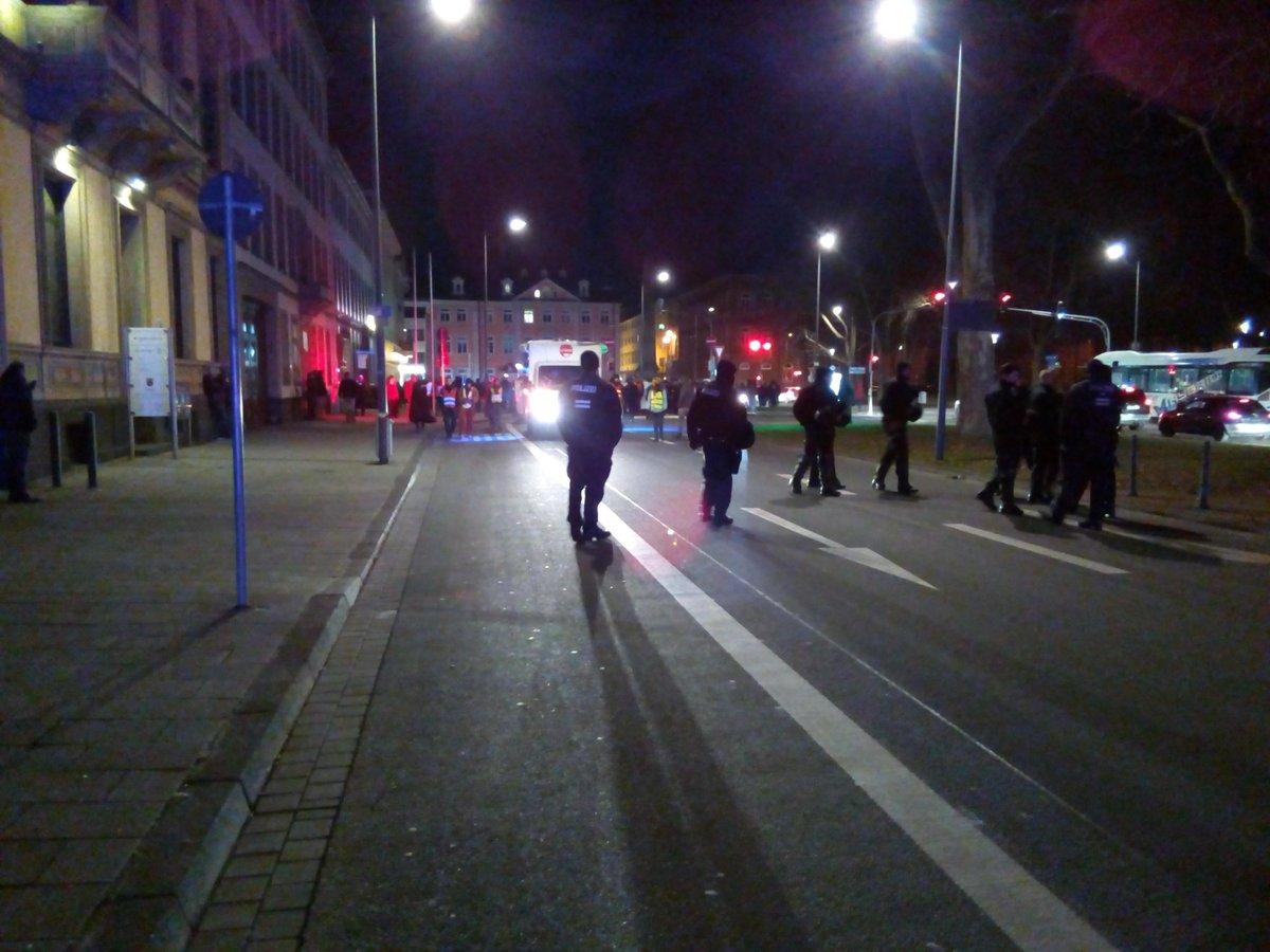 Die Nachttanzdemo läuft noch immer durch #Koblenz. Etwa 200 Menschen s...