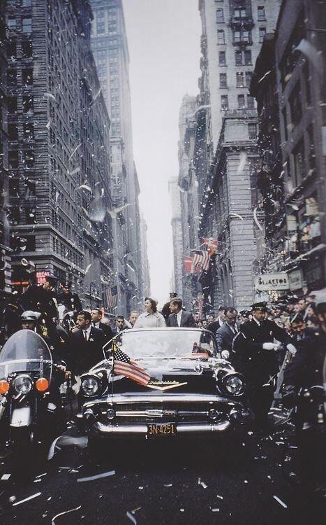 En un día histórico. Una doro histórica JFK and Jacqueline in the stre...