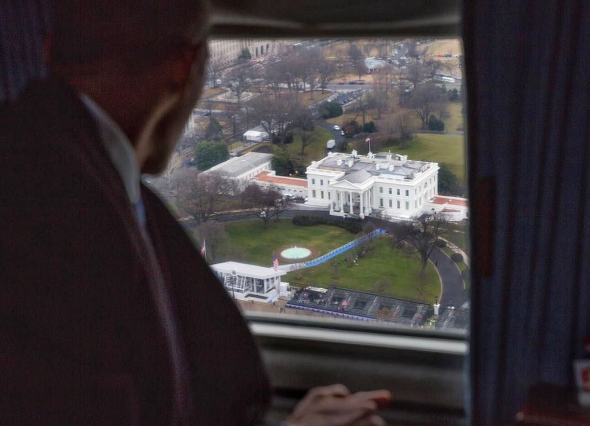 Obama qui regarde l&#39;endroit qui a été sa maison pendant 8 ans.   : @PeteSouza44    https:// instagram.com/p/BPf72csBN4f/  &nbsp;    #WashingtonDC   #BarackObama <br>http://pic.twitter.com/RqIHFn5mxK
