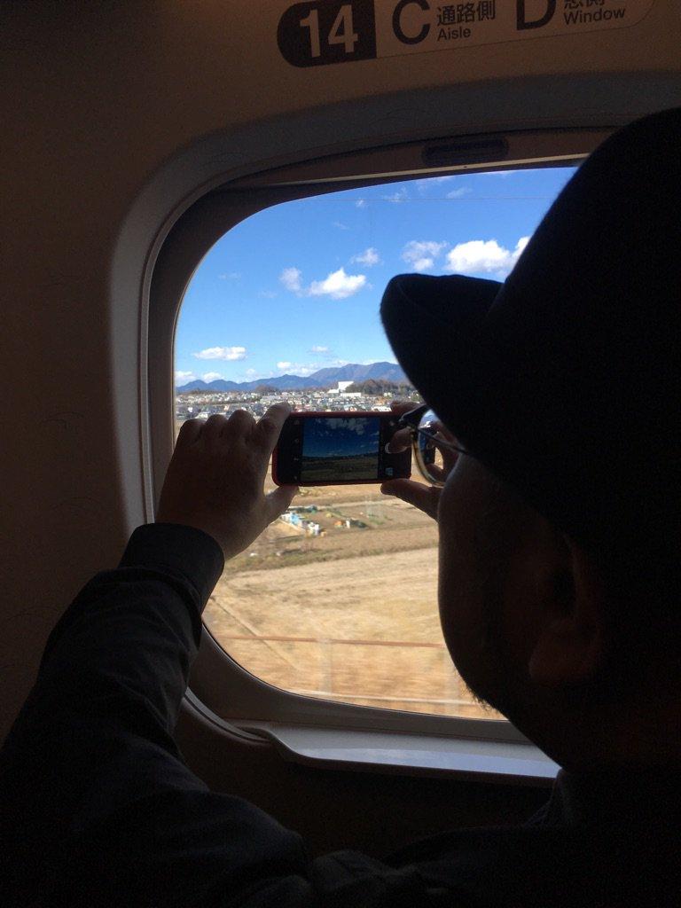 快晴です!桑名へ向かう道中、何度も富士山を撮影しようと奮闘する中西圭三くんを激写。今夜は桑名でSINgers3(杉山清貴、中西圭三、池田聡)コンサートです。楽しみです! https://t.co/myEJFYPpuH