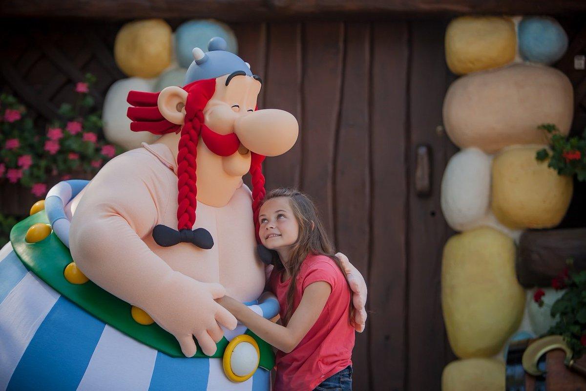 Combien de j'aime pour un gros calin de notre ami #Obelix ? #JourneeDe...