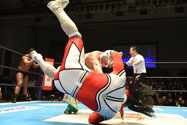 タイガーマスク勢い余って、味方のライガーまでブン投げる!? 1.21後楽園を新日本プロレスのスマホサ…